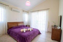 Спальня. Кипр, Корал Бэй : Прекрасная вилла с 3-мя спальнями, с бассейном, в окружении зелёного сада, с тенистой террасой с патио и барбекю, расположена недалеко от пляжа Coralia Bay Beach