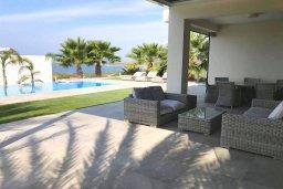 Терраса. Кипр, Св.Георг : Шикарная вилла с панорамным видом на Средиземное море, с 4-мя спальнями, с пейзажным бассейном, тенистой террасой с патио и традиционным кипрским барбекю, расположена недалеко от пляжа White River Beach