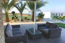 Патио. Кипр, Св.Георг : Шикарная вилла с панорамным видом на Средиземное море, с 4-мя спальнями, с пейзажным бассейном, тенистой террасой с патио и традиционным кипрским барбекю, расположена недалеко от пляжа White River Beach