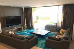 Гостиная. Кипр, Св.Георг : Шикарная вилла с панорамным видом на Средиземное море, с 4-мя спальнями, с пейзажным бассейном, тенистой террасой с патио и традиционным кипрским барбекю, расположена недалеко от пляжа White River Beach