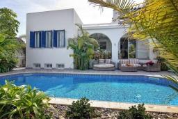 Вид на виллу/дом снаружи. Кипр, Лачи : Потрясающая вилла с панорамным видом на Средиземное море, с 3-мя спальнями, с бассейном в окружении зелёного сада, тенистой террасой с патио, lounge-зоной и барбекю, расположена всего в 50 метрах от пляжа Latsi Beach