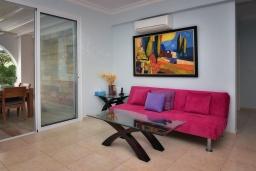 Гостиная. Кипр, Лачи : Потрясающая вилла с панорамным видом на Средиземное море, с 3-мя спальнями, с бассейном в окружении зелёного сада, тенистой террасой с патио, lounge-зоной и барбекю, расположена всего в 50 метрах от пляжа Latsi Beach