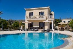 Вид на виллу/дом снаружи. Кипр, Корал Бэй : Потрясающая вилла с видом на Средиземное море, с 3-мя спальнями, с бассейном в окружении зелёного сада, тенистой террасой с патио и барбекю, расположена недалеко от пляжа Coral Bay Beach