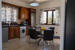 Кухня. Кипр, Корал Бэй : Потрясающая вилла с видом на Средиземное море, с 3-мя спальнями, с бассейном в окружении зелёного сада, тенистой террасой с патио и барбекю, расположена недалеко от пляжа Coral Bay Beach