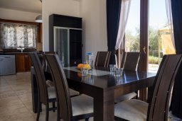 Обеденная зона. Кипр, Корал Бэй : Потрясающая вилла с видом на Средиземное море, с 3-мя спальнями, с бассейном в окружении зелёного сада, тенистой террасой с патио и барбекю, расположена недалеко от пляжа Coral Bay Beach