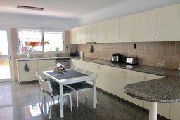 Кухня. Кипр, Гермасойя Лимассол : Комфортабельная вилла с 4-мя спальнями, 3-мя ванными комнатами, с бассейном, солнечной террасой с патио и барбекю, расположена недалеко от пляжа Dasoudi beach