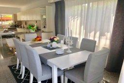 Обеденная зона. Кипр, Гермасойя Лимассол : Комфортабельная вилла с 4-мя спальнями, 3-мя ванными комнатами, с бассейном, солнечной террасой с патио и барбекю, расположена недалеко от пляжа Dasoudi beach
