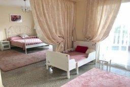 Спальня. Кипр, Гермасойя Лимассол : Комфортабельная вилла с 4-мя спальнями, 3-мя ванными комнатами, с бассейном, солнечной террасой с патио и барбекю, расположена недалеко от пляжа Dasoudi beach
