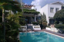 Вид на виллу/дом снаружи. Кипр, Айос Тихонас Лимассол : Очаровательная вилла с 4-мя спальнями, 3-мя ванными комнатами, с бассейном, тенистой террасой с патио, расположена в тихом и спокойном районе Agios Tychonas