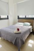 Спальня. Кипр, Ларнака город : Современный апартамент с видом на Средиземное море, с двумя спальнями, двумя ванными комнатами, расположен в комплексе с общим бассейном в 500 метрах от набережной