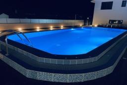 Бассейн. Кипр, Ларнака город : Современный апартамент с видом на Средиземное море, с двумя спальнями, двумя ванными комнатами, расположен в комплексе с общим бассейном в 500 метрах от набережной