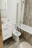 Ванная комната 2. Кипр, Ларнака город : Современный апартамент с видом на Средиземное море, с двумя спальнями, двумя ванными комнатами, расположен в комплексе с общим бассейном в 500 метрах от набережной