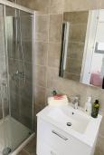 Ванная комната. Кипр, Ларнака город : Современный апартамент с видом на Средиземное море, с двумя спальнями, двумя ванными комнатами, расположен в комплексе с общим бассейном в 500 метрах от набережной