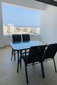 Балкон. Кипр, Ларнака город : Современный апартамент с видом на Средиземное море, с двумя спальнями, двумя ванными комнатами, расположен в комплексе с общим бассейном в 500 метрах от набережной