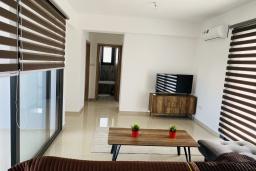 Гостиная. Кипр, Ларнака город : Современный апартамент с видом на Средиземное море, с двумя спальнями, двумя ванными комнатами, расположен в комплексе с общим бассейном в 500 метрах от набережной