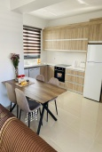 Кухня. Кипр, Ларнака город : Современный апартамент с видом на Средиземное море, с двумя спальнями, двумя ванными комнатами, расположен в комплексе с общим бассейном в 500 метрах от набережной