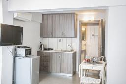 Кухня. Кипр, Центр Айя Напы : Уютная студия на первом этаже, расположена в нескольких метрах от Red Square