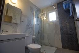 Ванная комната. Кипр, Центр Айя Напы : Уютная студия на первом этаже, расположена в нескольких метрах от Red Square