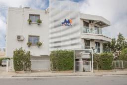 Фасад дома. Кипр, Центр Айя Напы : Уютная студия на первом этаже, расположена в нескольких метрах от Red Square
