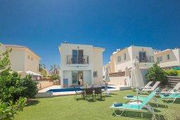 Вид на виллу/дом снаружи. Кипр, Пернера : Великолепная вилла с 3-мя спальнями, с бассейном, солнечной террасой с патио и каменным барбекю, расположена в 250 метрах от пляжа Pernera Beach