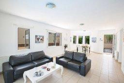 Гостиная. Кипр, Пернера : Великолепная вилла с 3-мя спальнями, с бассейном, солнечной террасой с патио и каменным барбекю, расположена в 250 метрах от пляжа Pernera Beach