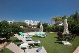 Зона отдыха у бассейна. Кипр, Пернера : Великолепная вилла с 3-мя спальнями, с бассейном, солнечной террасой с патио и каменным барбекю, расположена в 250 метрах от пляжа Pernera Beach