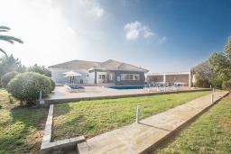Вид на виллу/дом снаружи. Кипр, Айос Элиас : Роскошная вилла с 4-мя спальнями, с бассейном, беседкой с патио, бильярдом, настольным теннисом, в окружении пышного зелёного сада, расположена в тихом и живописном районе Saint Elias