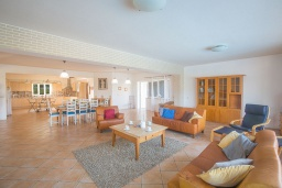 Гостиная. Кипр, Айос Элиас : Роскошная вилла с 4-мя спальнями, с бассейном, беседкой с патио, бильярдом, настольным теннисом, в окружении пышного зелёного сада, расположена в тихом и живописном районе Saint Elias
