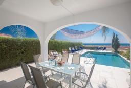Терраса. Кипр, Сиренс Бич - Айя Текла : Роскошная вилла с панорамным видом на Средиземное море, с 3-мя спальнями, с бассейном, уличным джакузи, тенистой террасой с патио и барбекю, расположена на побережье Ayia Thekla