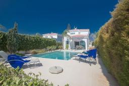 Вид на виллу/дом снаружи. Кипр, Сиренс Бич - Айя Текла : Роскошная вилла с панорамным видом на Средиземное море, с 3-мя спальнями, с бассейном, уличным джакузи, тенистой террасой с патио и барбекю, расположена на побережье Ayia Thekla