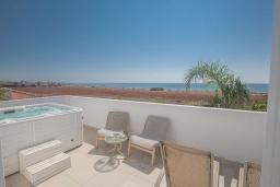 Развлечения и отдых на вилле. Кипр, Сиренс Бич - Айя Текла : Роскошная вилла с панорамным видом на Средиземное море, с 3-мя спальнями, с бассейном, уличным джакузи, тенистой террасой с патио и барбекю, расположена на побережье Ayia Thekla