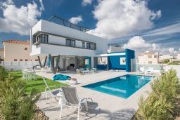 Вид на виллу/дом снаружи. Кипр, Санрайз Протарас : Шикарная вилла с террасой на крыше с видом на Средиземное море, 5-ю спальнями, 5-ю ванными комнатами, с бассейном, с патио и барбекю, расположена в 600 метрах от пляжа Sunrise Beach
