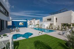 Бассейн. Кипр, Санрайз Протарас : Шикарная вилла с террасой на крыше с видом на Средиземное море, 5-ю спальнями, 5-ю ванными комнатами, с бассейном, с патио и барбекю, расположена в 600 метрах от пляжа Sunrise Beach