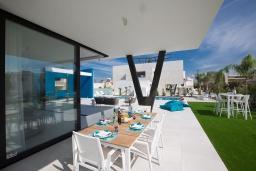 Терраса. Кипр, Санрайз Протарас : Шикарная вилла с террасой на крыше с видом на Средиземное море, 5-ю спальнями, 5-ю ванными комнатами, с бассейном, с патио и барбекю, расположена в 600 метрах от пляжа Sunrise Beach