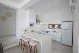 Кухня. Кипр, Санрайз Протарас : Шикарная вилла с террасой на крыше с видом на Средиземное море, 5-ю спальнями, 5-ю ванными комнатами, с бассейном, с патио и барбекю, расположена в 600 метрах от пляжа Sunrise Beach