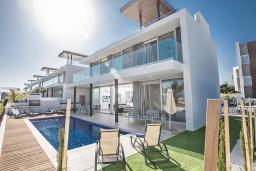 Вид на виллу/дом снаружи. Кипр, Санрайз Протарас : Современная вилла с потрясающей террасой на крыше с видом на Средиземное море, с 4-мя спальнями, с бассейном, тенистой террасой с патио и каменным барбекю, расположена в 500 метрах от пляжа Sunrise Beach