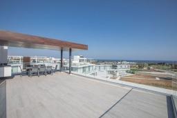 Терраса. Кипр, Санрайз Протарас : Современная вилла с потрясающей террасой на крыше с видом на Средиземное море, с 4-мя спальнями, с бассейном, тенистой террасой с патио и каменным барбекю, расположена в 500 метрах от пляжа Sunrise Beach