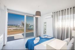 Спальня. Кипр, Санрайз Протарас : Современная вилла с потрясающей террасой на крыше с видом на Средиземное море, с 4-мя спальнями, с бассейном, тенистой террасой с патио и каменным барбекю, расположена в 500 метрах от пляжа Sunrise Beach