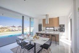 Обеденная зона. Кипр, Санрайз Протарас : Современная вилла с 3-мя спальнями, с бассейном, солнечной террасой с патио, lounge-зоной и барбекю, расположена недалеко от пляжа Sunrise Beach