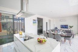 Гостиная. Кипр, Санрайз Протарас : Роскошная вилла с террасой на крыше с видом на Средиземное море, с 3-мя спальнями, с бассейном, патио, lounge-зоной и барбекю, расположена недалеко от пляжа Sunrise Beach