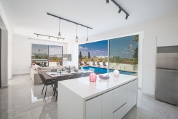 Кухня. Кипр, Санрайз Протарас : Современная вилла с 4-мя спальнями, с бассейном, солнечной террасой с патио и барбекю, расположена недалеко от пляжа Sunrise Beach