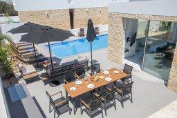 Зона отдыха у бассейна. Кипр, Санрайз Протарас : Потрясающая вилла с 4-мя спальнями, с бассейном, солнечной террасой с патио и барбекю, расположена недалеко от пляжа Sunrise Beach