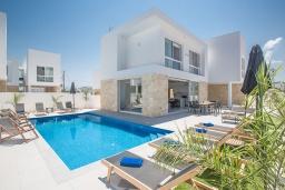 Вид на виллу/дом снаружи. Кипр, Санрайз Протарас : Элегантная вилла с 4-мя спальнями, с бассейном, солнечной террасой с патио, lounge-зоной и барбекю, расположена недалеко от пляжа Sunrise Beach