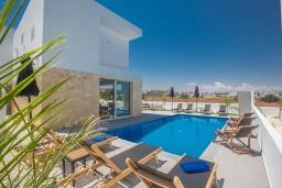 Бассейн. Кипр, Санрайз Протарас : Элегантная вилла с 4-мя спальнями, с бассейном, солнечной террасой с патио, lounge-зоной и барбекю, расположена недалеко от пляжа Sunrise Beach
