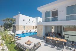Зона отдыха у бассейна. Кипр, Санрайз Протарас : Элегантная вилла с 4-мя спальнями, с бассейном, солнечной террасой с патио, lounge-зоной и барбекю, расположена недалеко от пляжа Sunrise Beach