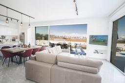 Гостиная. Кипр, Санрайз Протарас : Элегантная вилла с 4-мя спальнями, с бассейном, солнечной террасой с патио, lounge-зоной и барбекю, расположена недалеко от пляжа Sunrise Beach