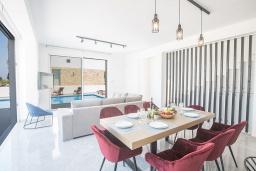 Обеденная зона. Кипр, Санрайз Протарас : Элегантная вилла с 4-мя спальнями, с бассейном, солнечной террасой с патио, lounge-зоной и барбекю, расположена недалеко от пляжа Sunrise Beach