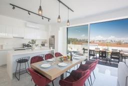 Кухня. Кипр, Санрайз Протарас : Элегантная вилла с 4-мя спальнями, с бассейном, солнечной террасой с патио, lounge-зоной и барбекю, расположена недалеко от пляжа Sunrise Beach
