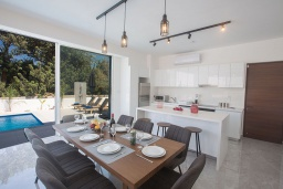 Кухня. Кипр, Санрайз Протарас : Современная вилла с видом на Средиземное море, с 4-мя спальнями, с бассейном, солнечной террасой с патио и барбекю, расположена недалеко от пляжа Sunrise Beach