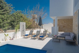 Зона отдыха у бассейна. Кипр, Санрайз Протарас : Современная вилла с видом на Средиземное море, с 4-мя спальнями, с бассейном, солнечной террасой с патио и барбекю, расположена недалеко от пляжа Sunrise Beach